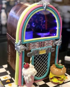 3D-juke-box-cake-with-spinning-records